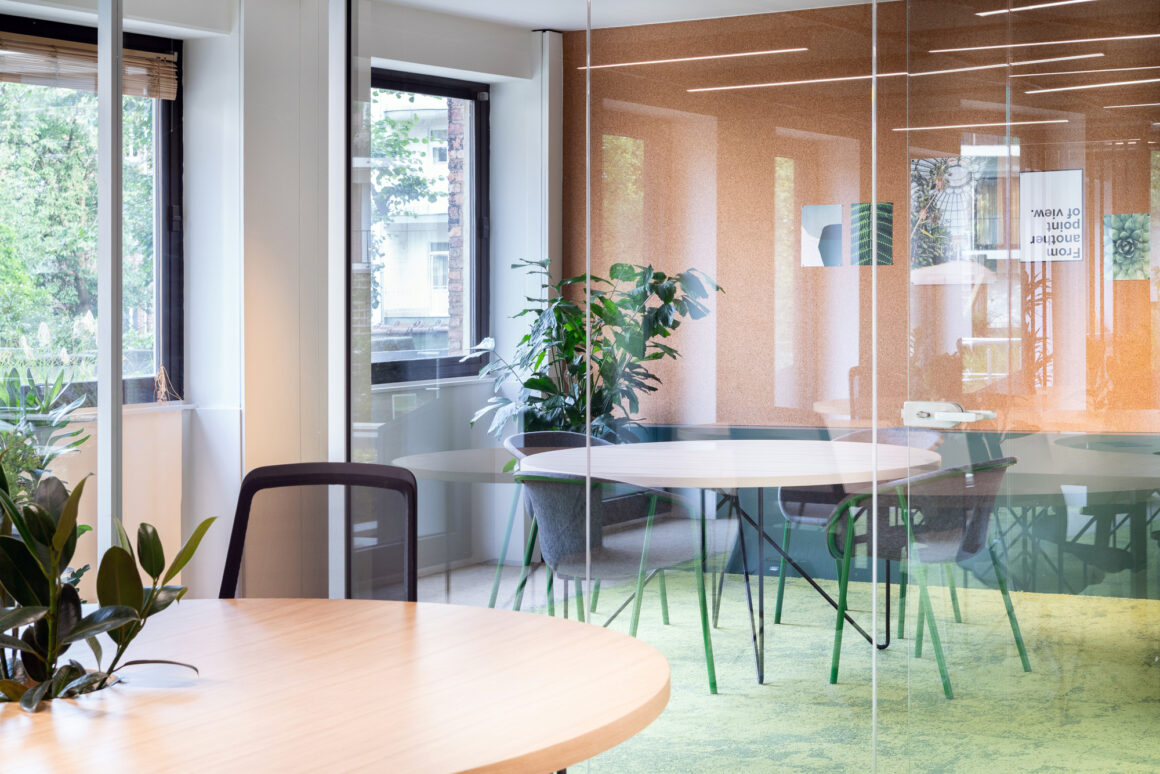 BECI Brussels workspace design and renovation by Space Refinery - meeting room with cork wall